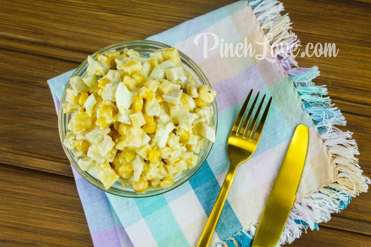 Легкий салат из курицы, сыра, кукурузы и яиц