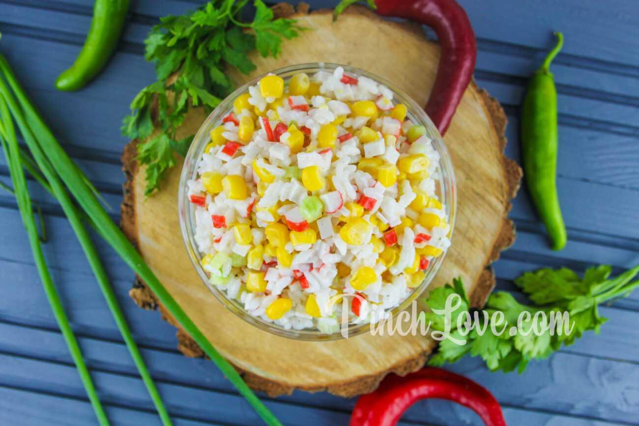 Салат из крабовых палочек, риса и кукурузы