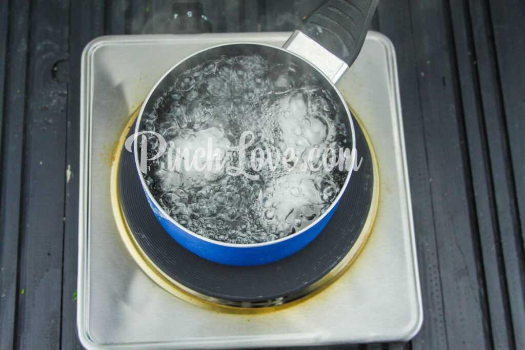 Яйца, фаршированные крабовым салатом - шаг 1