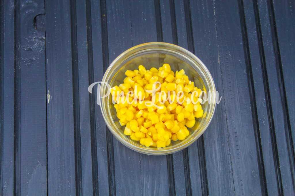 Салат из крабовых палочек, риса и кукурузы - шаг 3