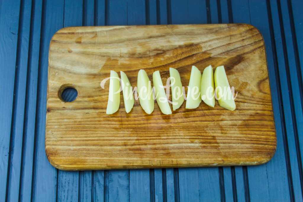 Запеченный картофель дольками - шаг 3