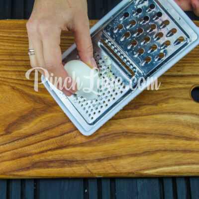 Рулет из лаваша с твердым сыром и яйцом - шаг 3-1
