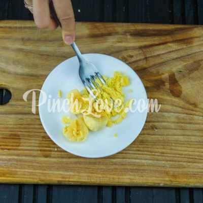 Яйца, фаршированные крабовым салатом - шаг 4-1