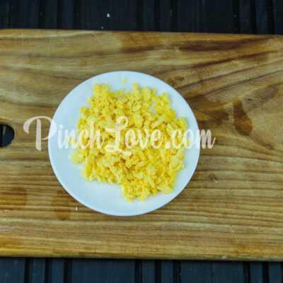 Яйца, фаршированные крабовым салатом - шаг 4-2