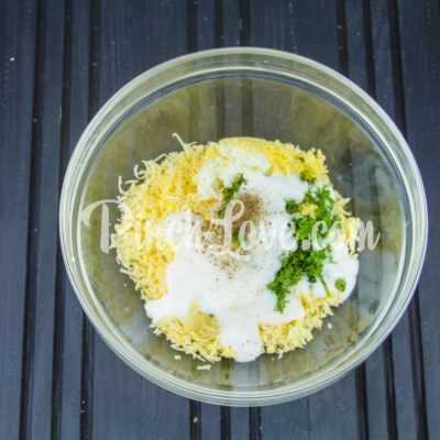 Рулет из лаваша с твердым сыром и яйцом - шаг 5-1