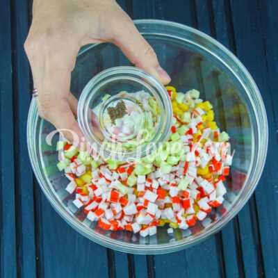 Салат из крабовых палочек, риса и кукурузы - шаг 5-2