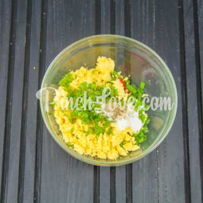 Яйца, фаршированные крабовым салатом - шаг 7-1