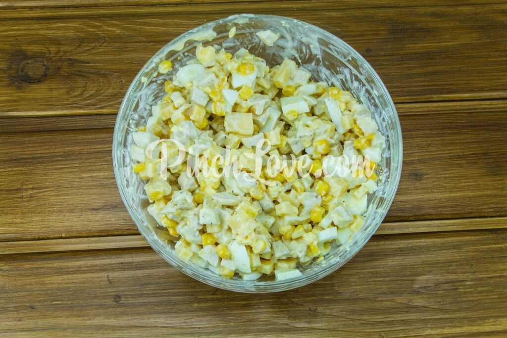 Легкий салат из курицы, сыра, кукурузы и яиц - шаг 8