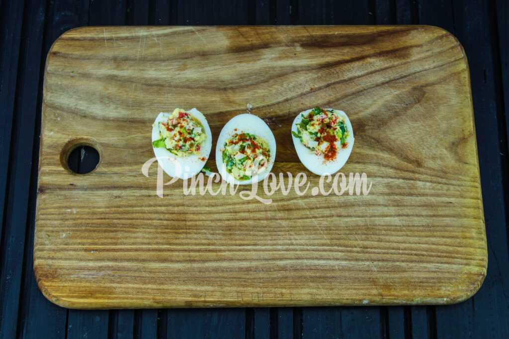 Яйца, фаршированные крабовым салатом - шаг 8