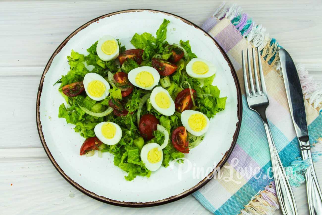 Салат из листьев салата, перепелиных яиц и помидора черри