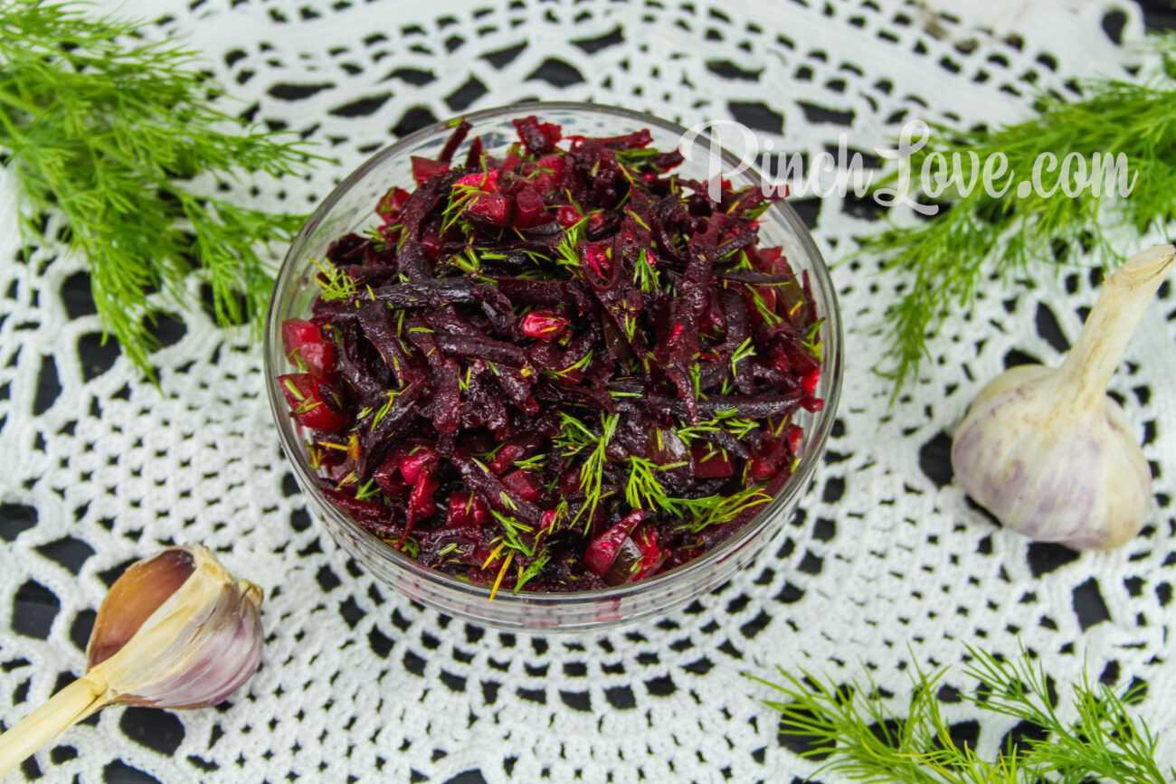 Салат из свеклы и маринованных огурцов