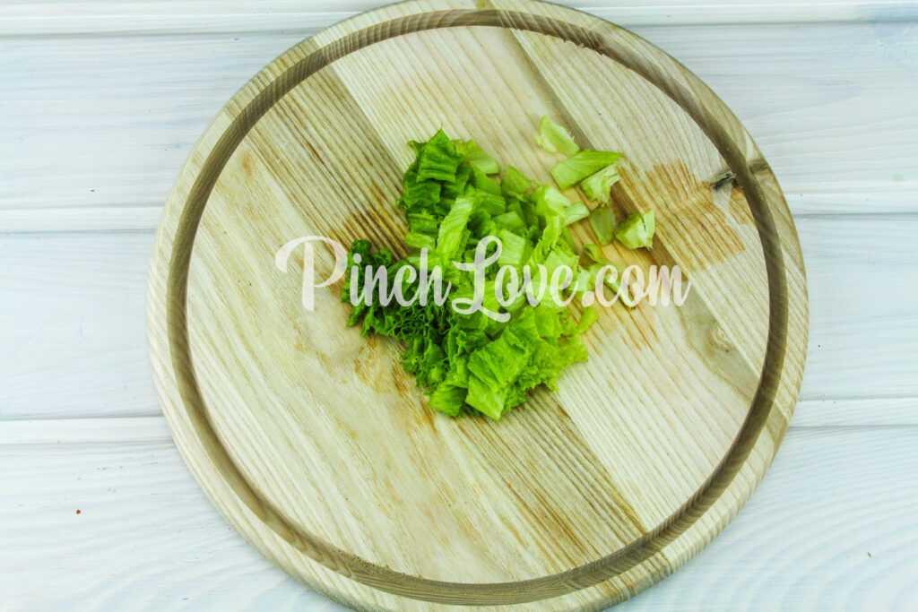 Салат из листьев салата, перепелиных яиц и помидора черри - шаг 1
