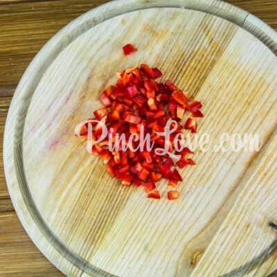 Куриные котлеты с болгарским перцем в духовке - шаг 1-2