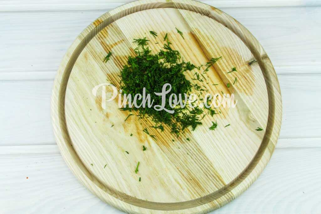 Салат из листьев салата, перепелиных яиц и помидора черри - шаг 2