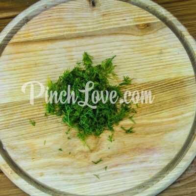 Салат из свеклы и маринованных огурцов - шаг 2-3