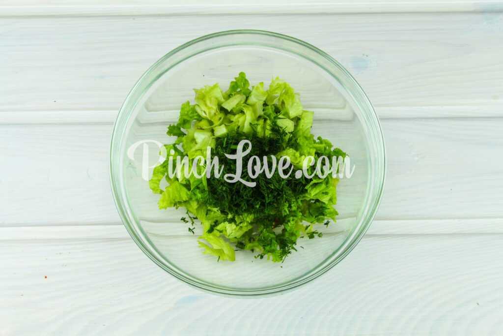 Салат из листьев салата, перепелиных яиц и помидора черри - шаг 3