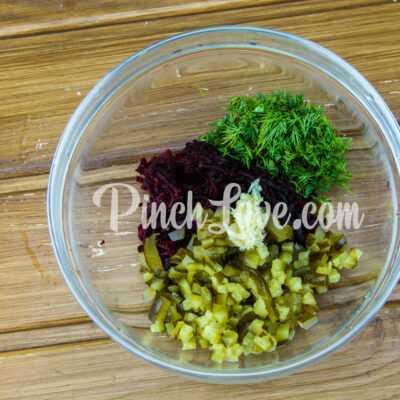 Салат из свеклы и маринованных огурцов - шаг 3-1