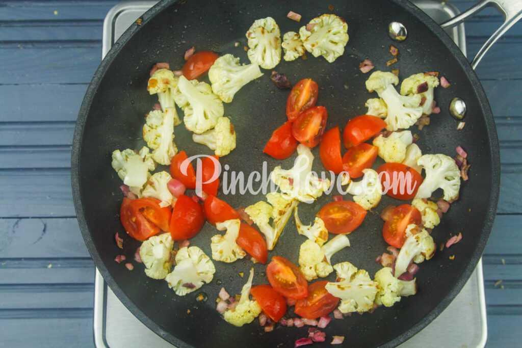 Омлет с цветной капустой, черри и сыром - шаг 3