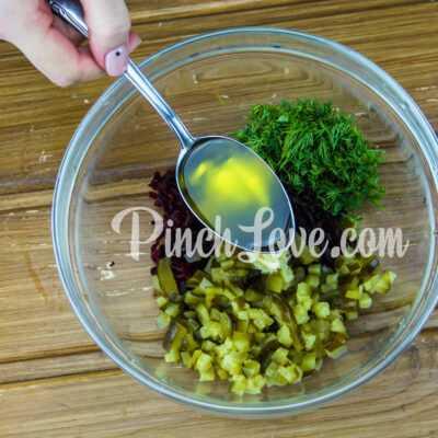 Салат из свеклы и маринованных огурцов - шаг 3-2