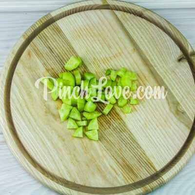 Салат из листьев салата, перепелиных яиц и помидора черри - шаг 4-1