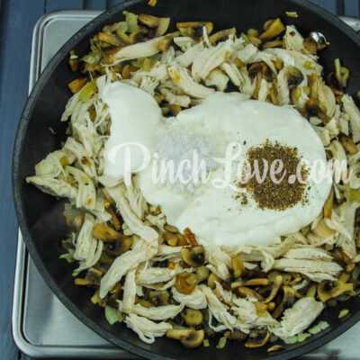 Жульен с курицей, сыром и грибами - шаг 4-1