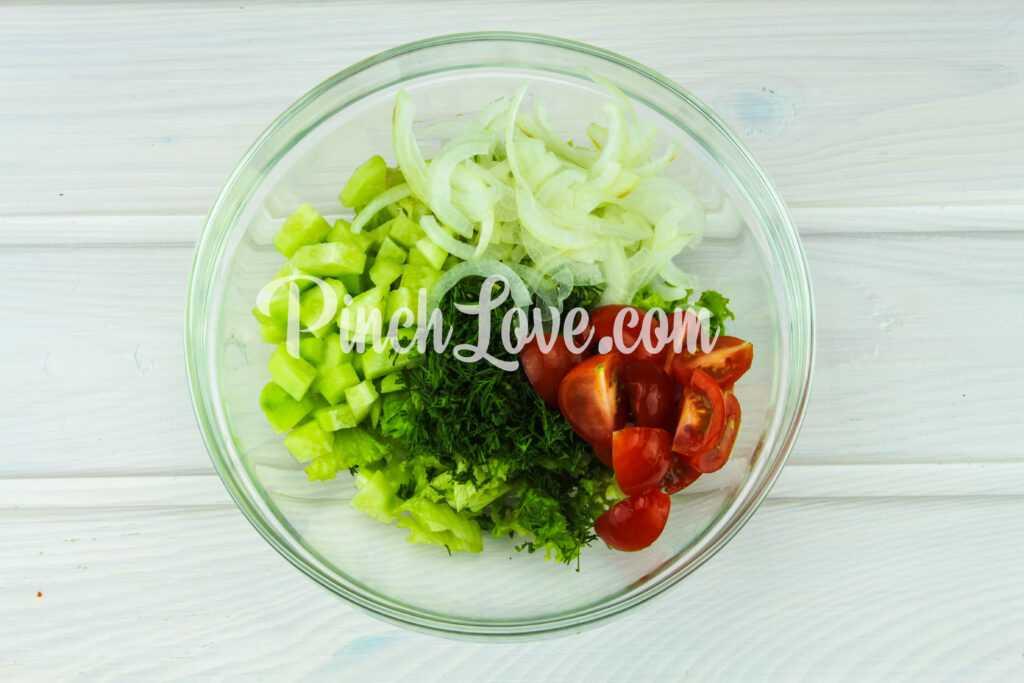 Салат из листьев салата, перепелиных яиц и помидора черри - шаг 6