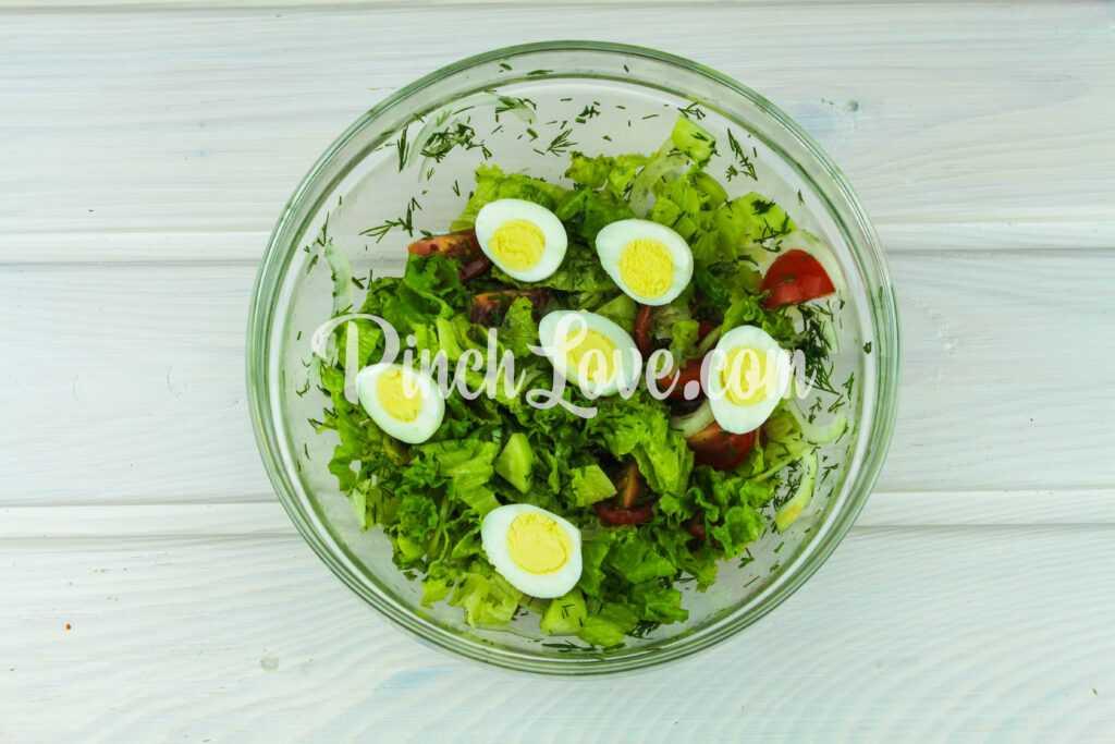 Салат из листьев салата, перепелиных яиц и помидора черри - шаг 9