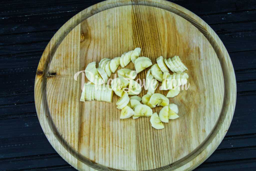 Фруктовый салат из банана и винограда - шаг 2