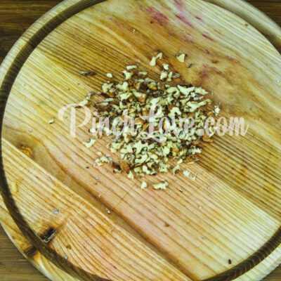 Салат со свеклой, яблоком и изюмом - шаг 2-3