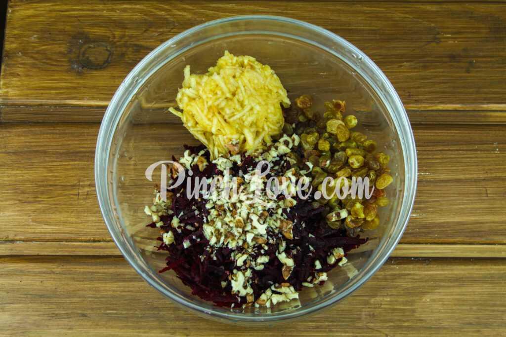 Салат со свеклой, яблоком и изюмом - шаг 3