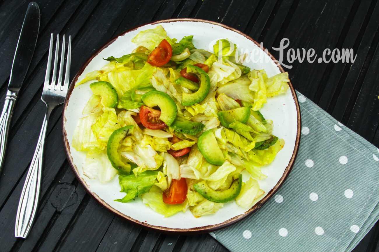 Салат из авокадо, айсберга и помидоров Черри