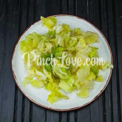 Салат из авокадо, айсберга и помидоров Черри - шаг 1-3