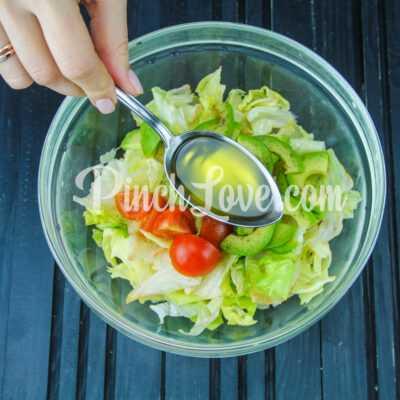 Салат из авокадо, айсберга и помидоров Черри - шаг 2-3