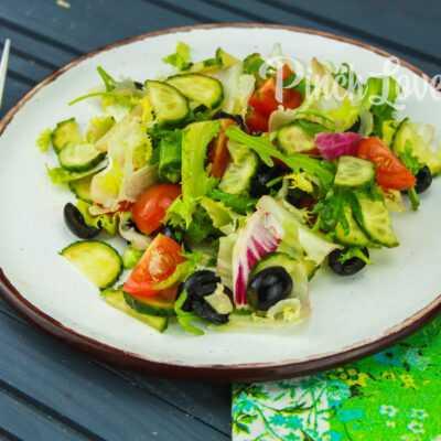 Микс-салат с огурцом, черри и маслинами