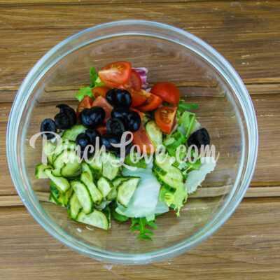 Микс-салат с огурцом, черри и маслинами - шаг 2-2