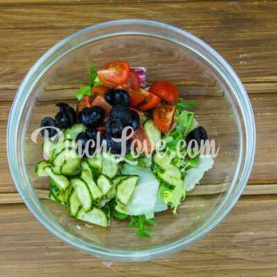Микс-салат с огурцом, черри и маслинами - шаг 4-1
