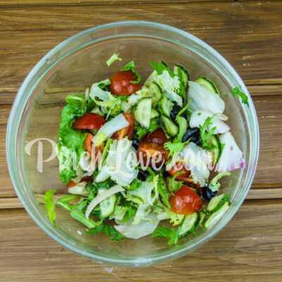 Микс-салат с огурцом, черри и маслинами - шаг 4-2