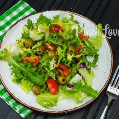 Микс салат с оливками и томатами черри
