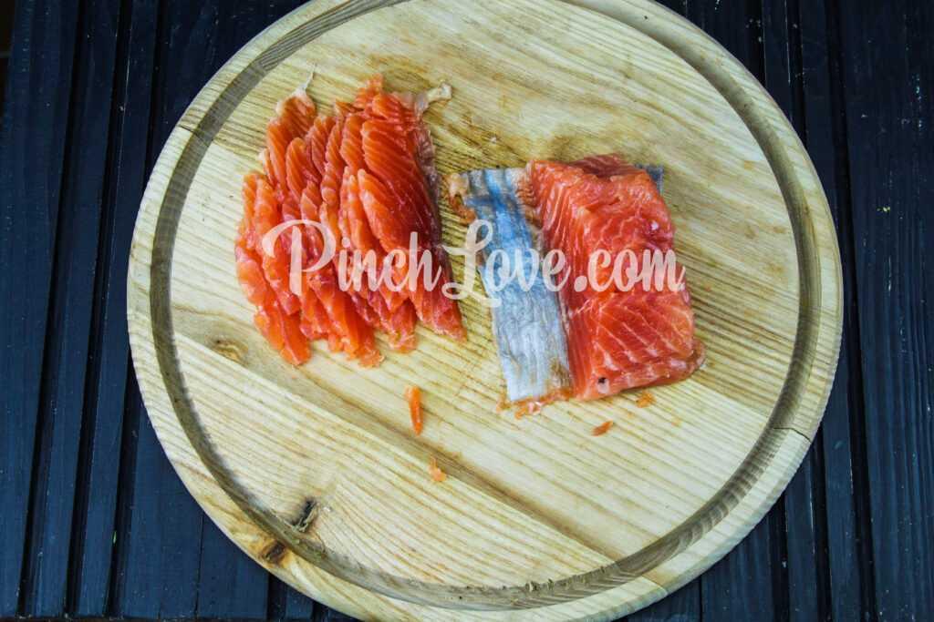 Сэндвич с красной рыбой и творожным сыром - шаг 2