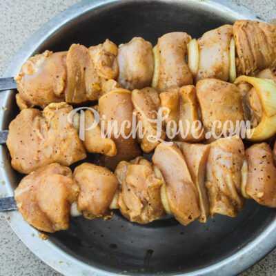 Куриный шашлык в маринаде из соевого соуса - шаг 4-2