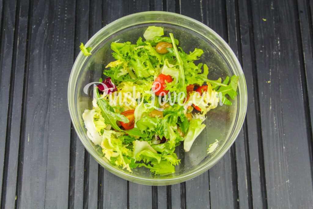 Микс салат с оливками и томатами черри - шаг 5