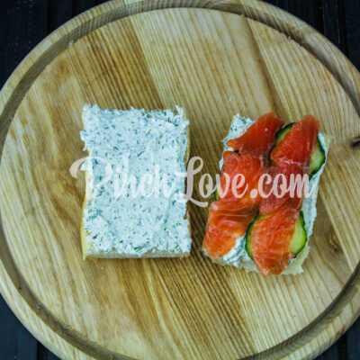 Сэндвич с красной рыбой и творожным сыром - шаг 5-2