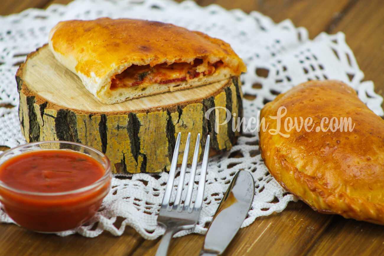Кальцоне с колбасой и сыром