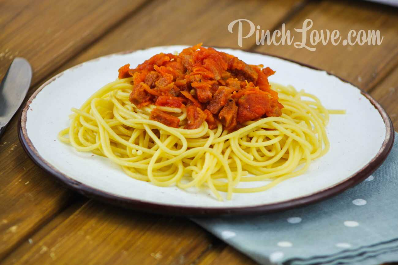 Макароны с колбасой в томатном соусе