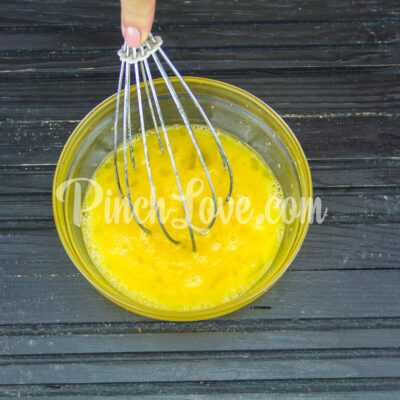 Сладкий омлет с клубникой - шаг 2-2