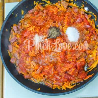 Макароны с колбасой в томатном соусе - шаг 3-1