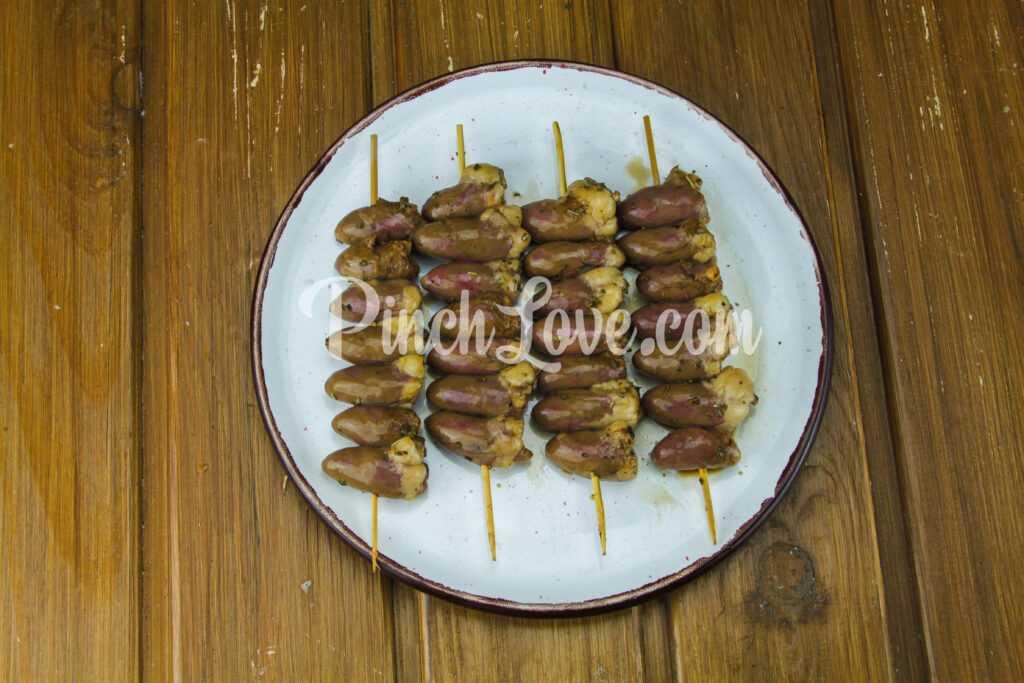 Шашлык из куриных сердечек на сковороде - шаг 4
