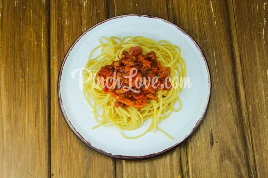 Макароны с колбасой в томатном соусе - шаг 5