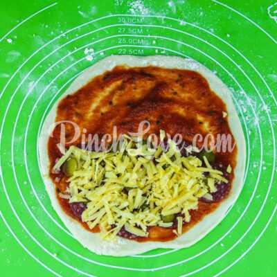 Кальцоне с колбасой и сыром - шаг 7-2