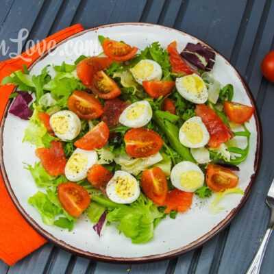 Салат с перепелиными яйцами и красной рыбой
